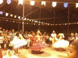 Tanzende Brasilianer bei ihrer Favelaparty