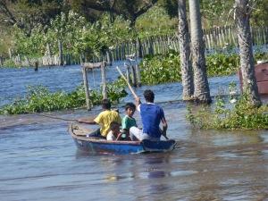 Einheimische auf dem Fluss