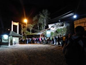 Die Schlange um 5 Uhr morgens am Eingang von Machu Pichu