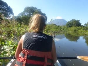 Kayaken mit Sicht auf einen Vulkan
