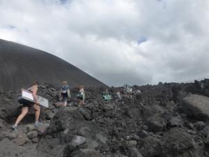 Mitsamt Board den Vulkan hinauf